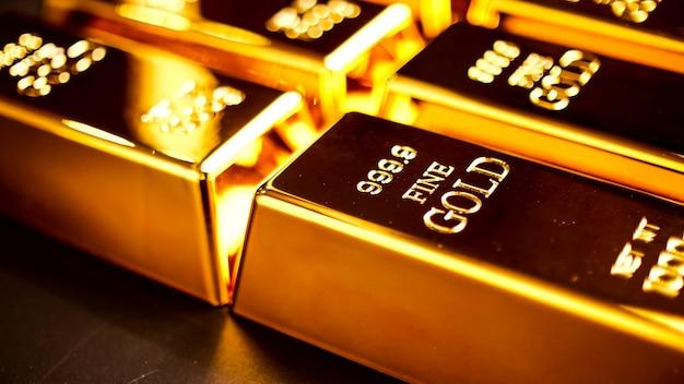 Muitos barras de ouro brilhando sobre a mesa.