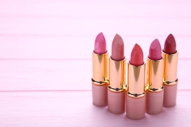 Muitos batons rosa sobre fundo rosa, close-up
