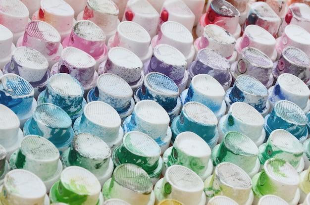 Muitos bicos de um pulverizador de tinta para desenhar graffiti
