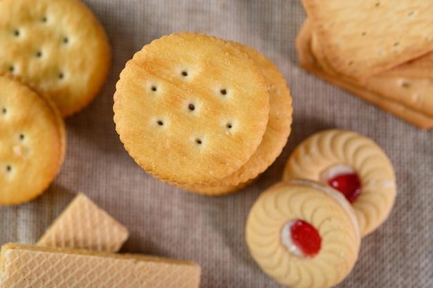 Muitos biscoitos são colocados no tecido e depois sobre uma mesa de madeira.