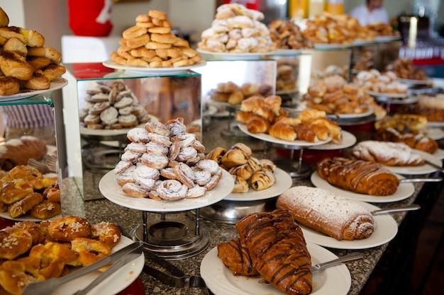 Muitos bolos frescos nas bandejas do egito