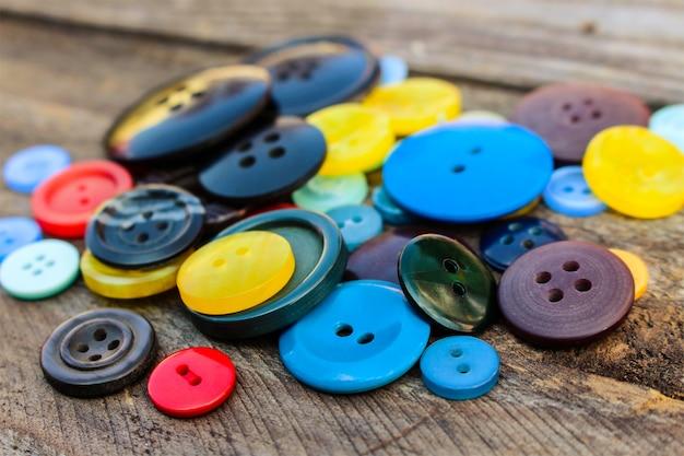 Muitos botões coloridos para roupas