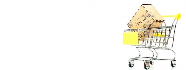 Muitos caixa de papel dentro de carrinho de compras isolado