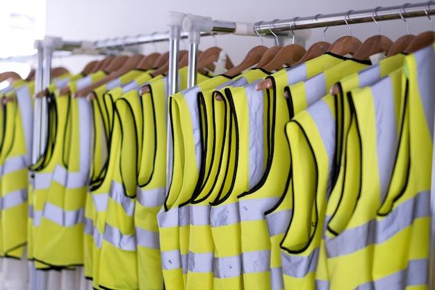 Muitos camisa segura no cabide