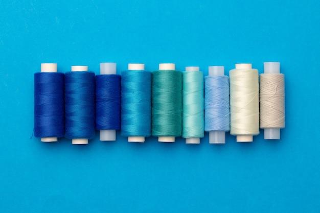 Muitos carretéis de fios coloridos como pano de fundo