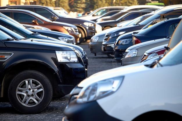 Muitos carros em um estacionamento aberto, foco seletivo
