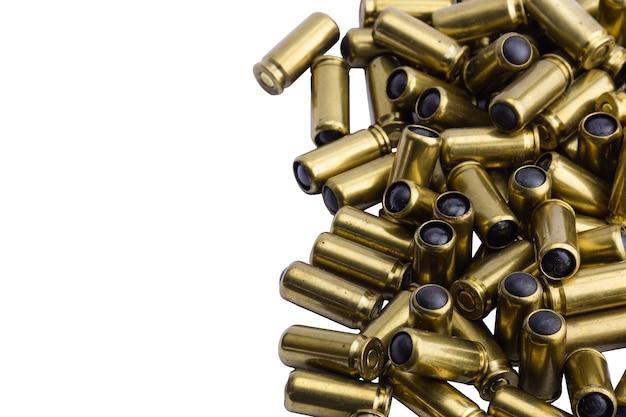 Muitos cartuchos para uma arma traumática em um fundo branco