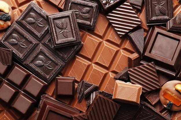 Muitos chocolates diferentes como uma vista superior do plano de fundo