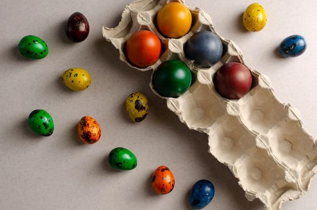 Muitos codorna e frango ovos coloridos para a páscoa em uma bandeja de ovo e fora, conceito de páscoa