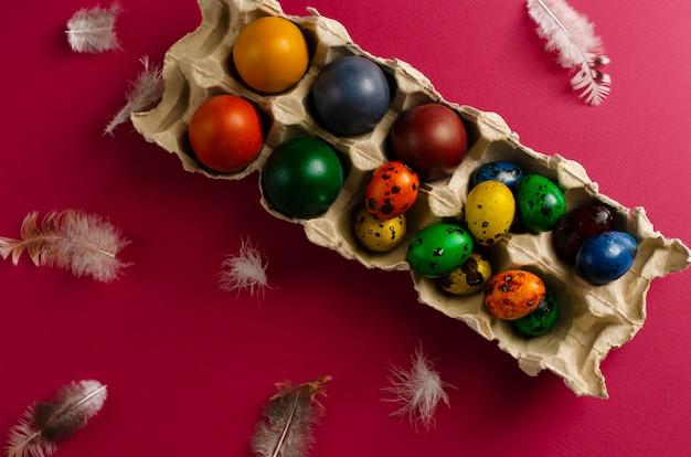 Muitos codornas e ovos de galinha coloridos para a páscoa