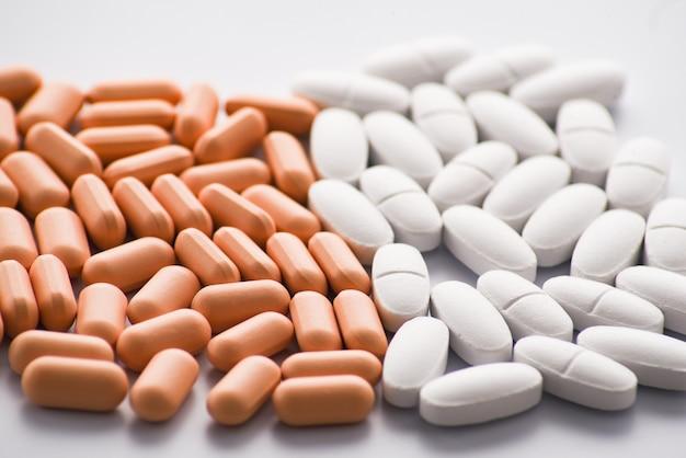 Muitos comprimidos brancos e rosa close-up vista
