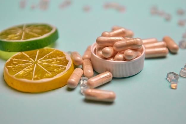 Muitos comprimidos em um fundo colorido, suplementos de saúde e medicamentos