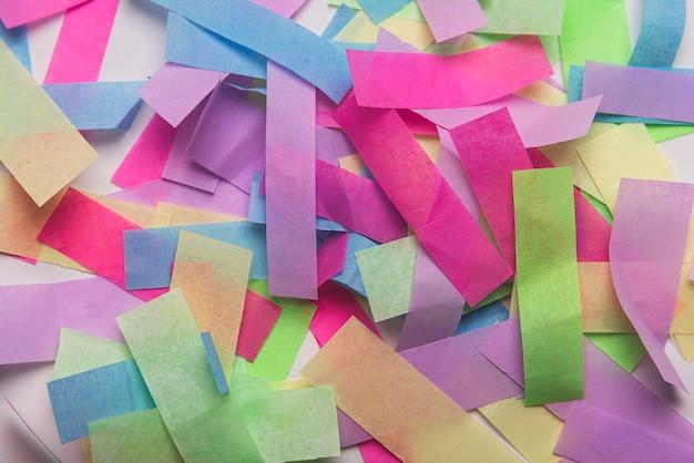 Muitos confetes coloridos de festa