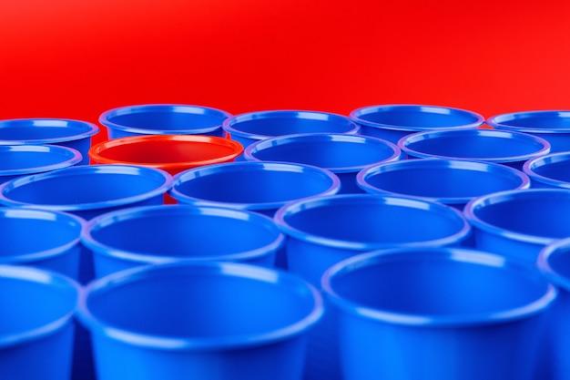Muitos copos coloridos de plástico vazios close-up