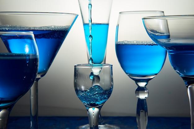 Muitos copos com champanhe azul ou coquetel.