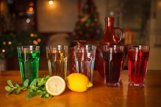 Muitos copos com várias limonadas naturais em cores diferentes