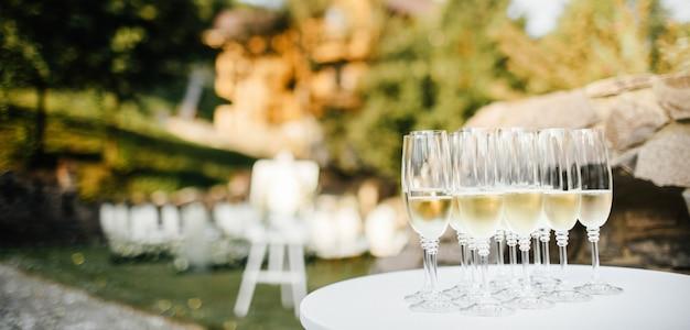 Muitos copos de champanhe