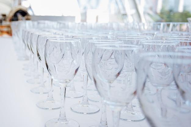 Muitos copos de vidro vazios na mesa do restaurante