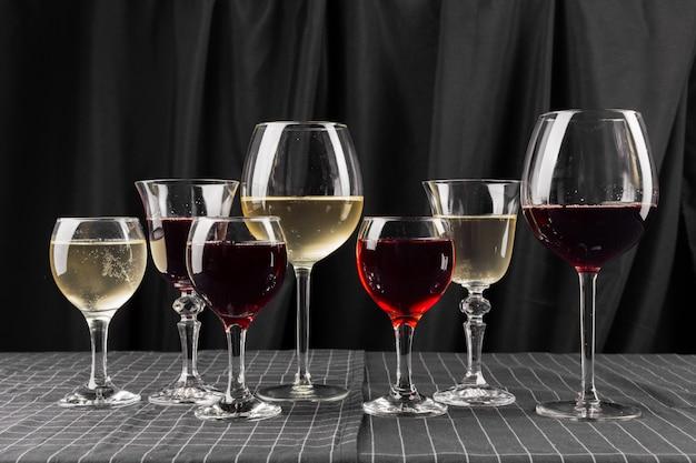 Muitos copos de vinho diferente
