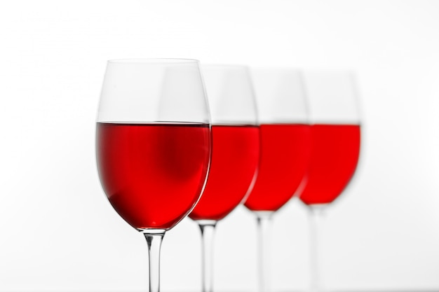 Muitos copos de vinho tinto delicioso.