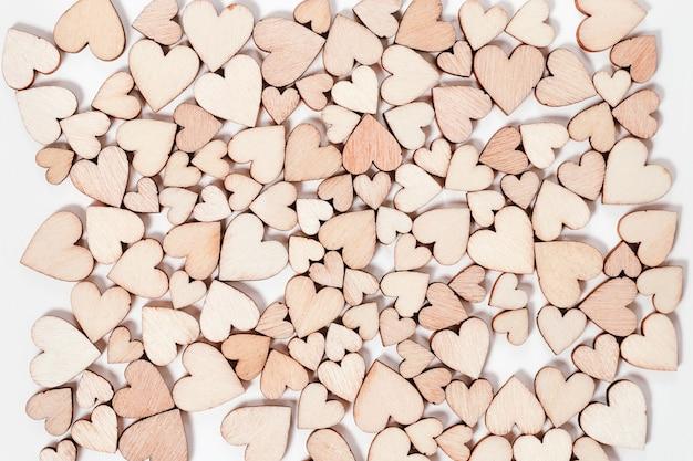 Muitos corações de madeira fundo de dia dos namorados. vista do topo.