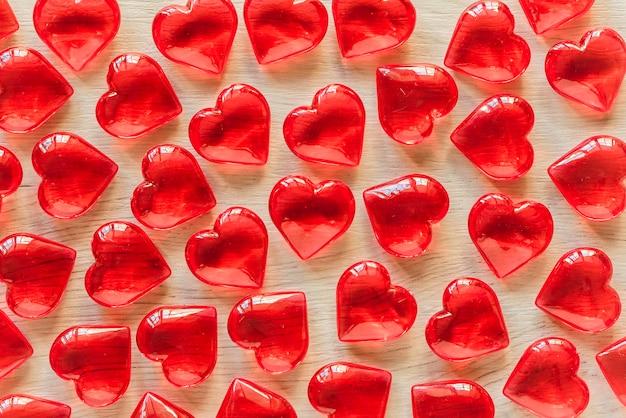 Muitos corações vermelhos na mesa de madeira