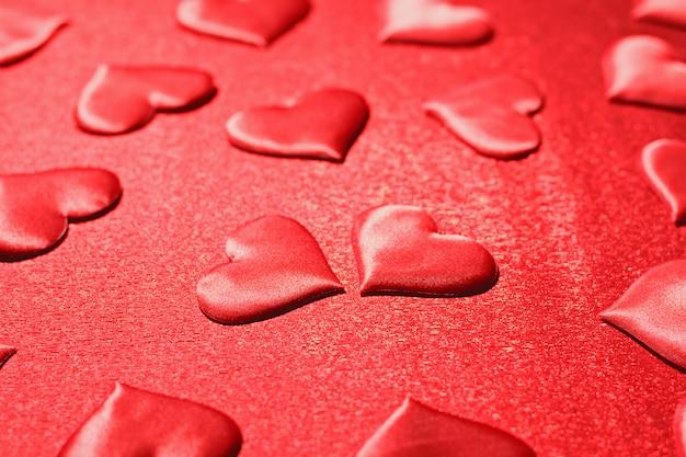 Muitos corações vermelhos no vermelho.