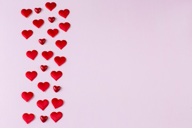 Muitos corações vermelhos são dispostos em várias linhas