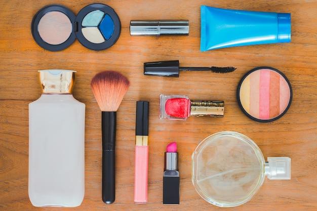 Muitos cosméticos e recipientes em um piso de madeira