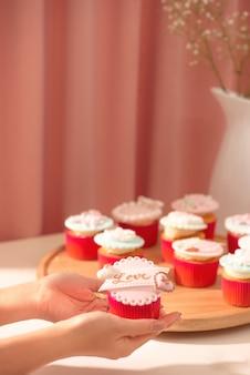 Muitos cupcakes saborosos. cupcake de amor doce dia dos namorados na mesa sobre fundo claro