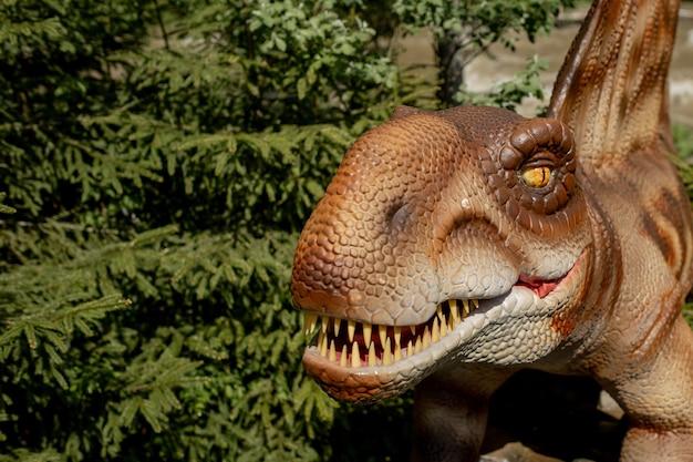 Muitos dinossauros diferentes no parque.