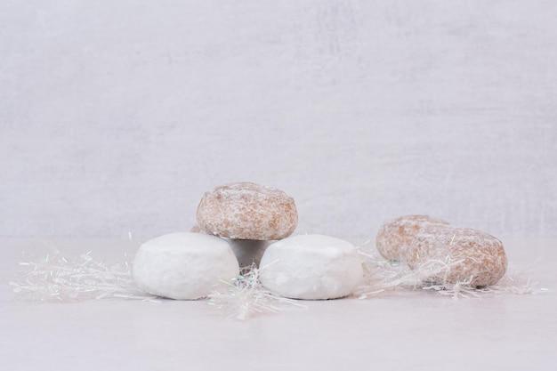Muitos doces de gengibre na mesa branca.