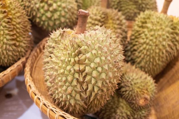 Muitos durian na cesta de bambu pronto para vender
