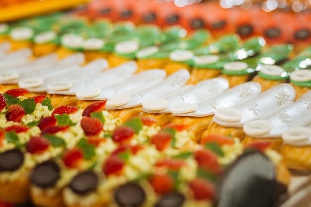 Muitos eclairs. éclairs deliciosos com todos os tipos de gostos e decorações