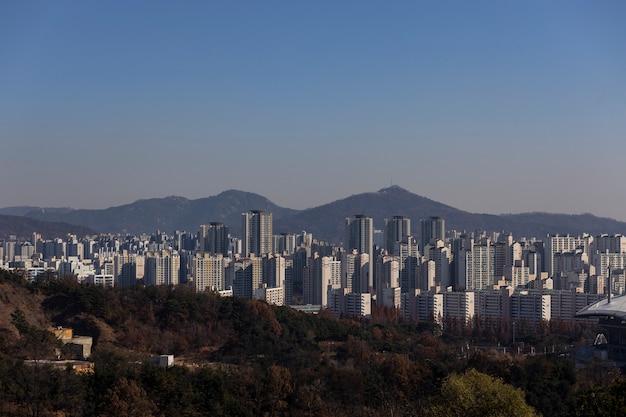 Muitos edifícios na coréia com paisagem de montanha