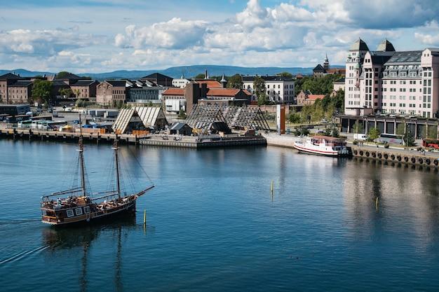 Muitos edifícios na costa de um mar perto da fortaleza de akershus em oslo, noruega