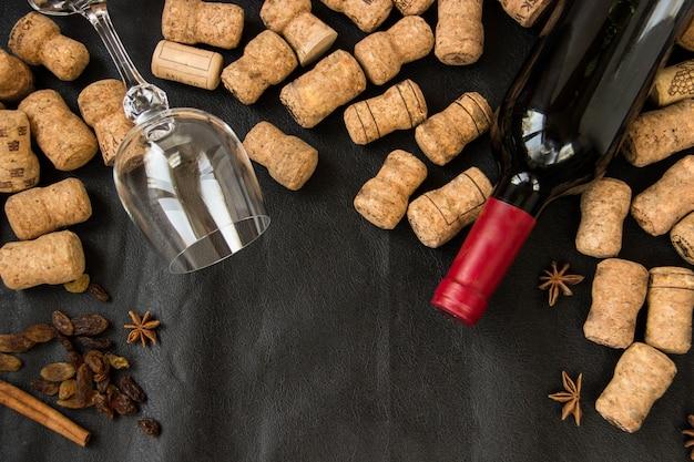 Muitos engarrafamentos, um copo e uma garrafa de vinho