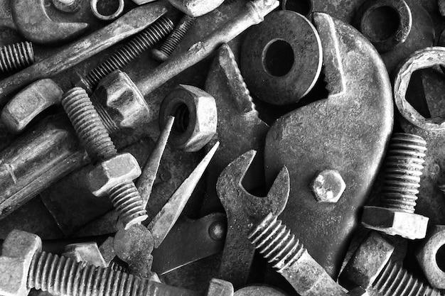 Muitos ferrugem aço no chão de cimento em fotografia preto e branco