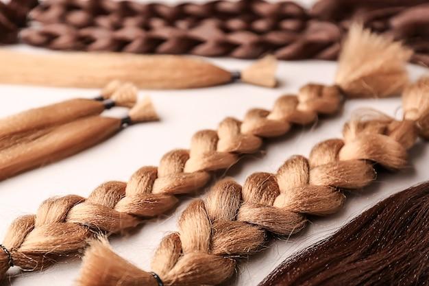 Muitos fios de cabelo na superfície clara. conceito de doação
