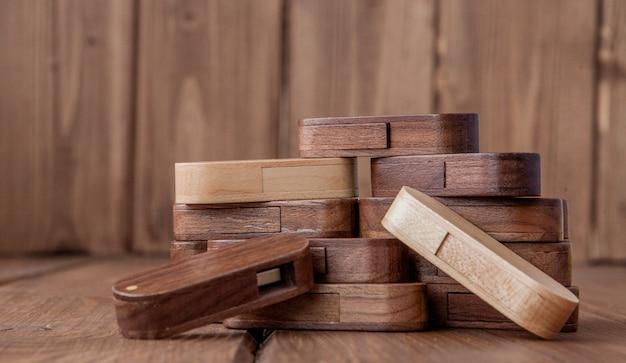 Muitos flash drive usb de madeira com fundo de madeira