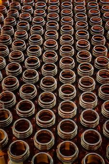 Muitos frascos de vidro para medicamentos vazios sortidos em uma fileira