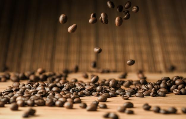 Muitos grãos de café caem sobre a mesa