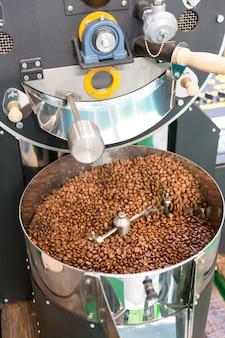 Muitos grãos de café e máquina de café de saco