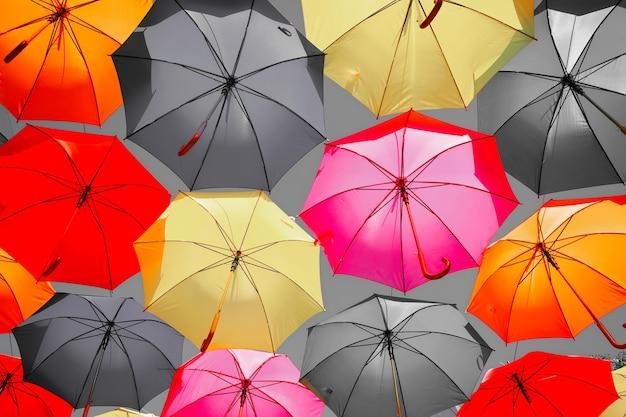 Muitos guarda-chuvas coloridos como pano de fundo. decoração da cidade