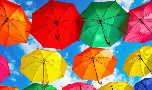 Muitos guarda-chuvas coloridos no céu. decoração da cidade
