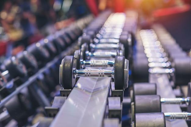 Muitos halteres preto situado no centro de fitness esporte