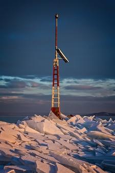 Muitos iceblocks um no outro no lago balaton