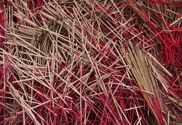 Muitos incenso de incenso vermelho lidar com textura vista superior de fundo
