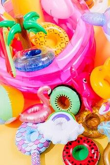Muitos infláveis de piscina de diferentes formas e cores