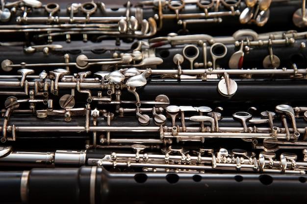 Muitos instrumentos de sopro estão sobre uma superfície de madeira